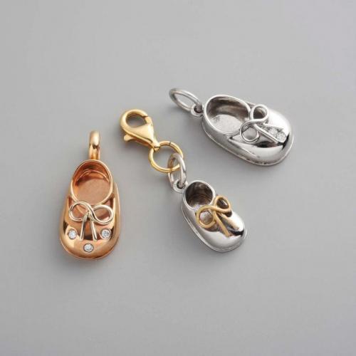 petits chaussons baby par Audouard